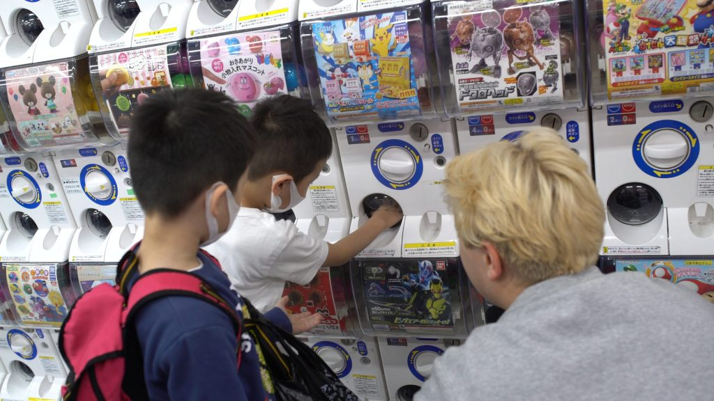 Why not brighten up someone else's day and helping them win their favorite gashapon