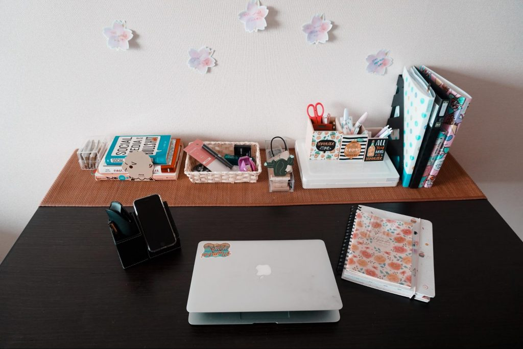 mini organizer that also doubles up as a phone stand